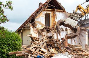 Nicht nur der Immobilienwert leidet unter Leerstand, sondern auch die Bausubstanz. Nach einigen Jahren kann mit etwas Pech nur der Abriss verbleiben.